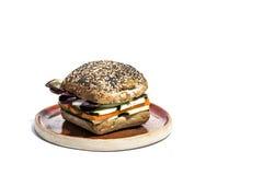 与新鲜蔬菜的素食主义者汉堡 查出 免版税库存照片