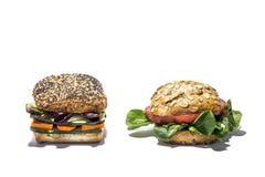 与新鲜蔬菜的素食主义者汉堡 查出 免版税库存图片