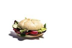 与新鲜蔬菜的素食主义者汉堡 查出 图库摄影