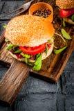 与新鲜蔬菜警察的自创bbq牛肉肉三明治汉堡 免版税库存图片