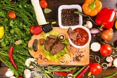 与新鲜蔬菜辣调味汁和富饶的牛肉  库存图片