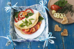 与新鲜蔬菜,鲜美和健康早餐的煎蛋卷 库存图片