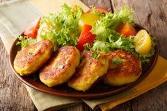 与新鲜蔬菜sa的服务的新鲜的厄瓜多尔土豆薄烤饼 免版税图库摄影