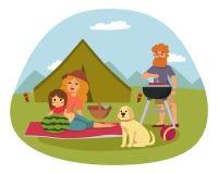 与新鲜食品篮篮子烤肉休息的夫妇的野餐设置和夏天膳食集会家庭人午餐庭院 免版税库存图片