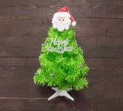与新年快乐按摩的圣诞树和圣诞老人是o 库存照片