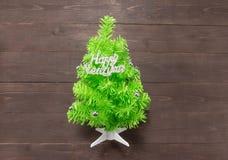 与新年快乐按摩的圣诞树在木b 免版税库存图片