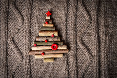 与新年树装饰的圣诞节温暖的被编织的背景由棍子制成 葡萄酒与手工制造圣诞节tr的圣诞卡 图库摄影