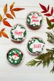 与新年贺词的杯形蛋糕 免版税库存照片