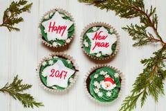 与新年贺词的杯形蛋糕 库存图片