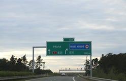 与方向的高速公路标志到达市布拉格我 图库摄影