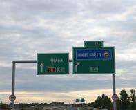与方向的高速公路标志到达市布拉格 库存图片