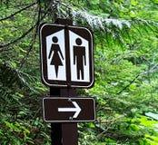 与方向箭头的一个卫生间标志 库存照片