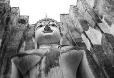 与方形的屋顶的佛教状态在Sukhothai,泰国 免版税库存图片