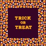与方形的框架的把戏或款待题字由糖果玉米做成 万圣夜假日概念贺卡,海报 库存图片