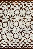 与方形的装饰品的象牙手工制造钩针编织小垫布 免版税库存图片