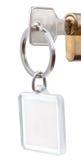 与方形的keychain的门钥匙在圆筒锁 图库摄影