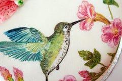 与方旦糖和被绘的蜂鸟的圆形蛋糕 免版税库存图片