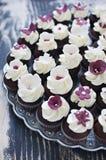 与方旦糖花装饰的婚礼杯形蛋糕 库存照片
