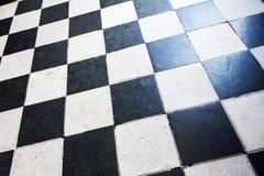 与方格的样式的地板盖瓦 免版税库存照片