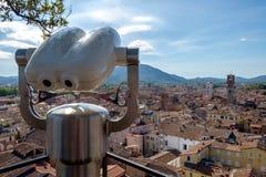 与旅游双筒望远镜的都市风景 免版税库存照片