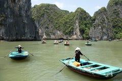 与旅游长平底船小船的海风景在下龙湾越南 免版税库存照片