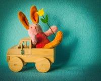 与旅行在一辆木汽车的郁金香的复活节兔子 免版税库存图片