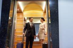 与旅行的企业队在旅馆电梯请求 免版税图库摄影