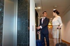 与旅行的企业队请求在旅馆电梯 免版税库存照片