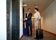与旅行的企业队请求在旅馆电梯 免版税图库摄影