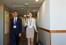与旅行的企业队请求在旅馆走廊 免版税库存照片
