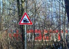 与旅行的火车的横穿标志,从一条农村路的看法 免版税图库摄影