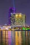 与旅馆和大厦的胡志明河沿视图五颜六色的夜 库存图片