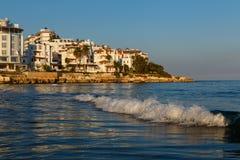与旅馆和波浪的海滨 图库摄影