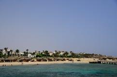 与旅馆复合体的美丽的海滩在海 免版税库存照片