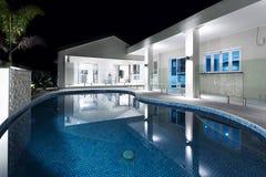 与旅馆的大海圆的游泳池 库存照片