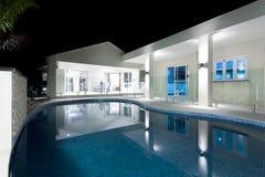 与旅馆的大海圆的游泳池 免版税库存照片