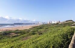 与旅馆的恢复原状的沙丘在背景,德班南Afri中 免版税库存照片