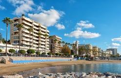 与旅馆的晴朗的安达卢西亚的海岸线和沿水线的美好的散步 免版税库存照片