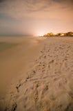与旅馆的海滩场面 库存照片