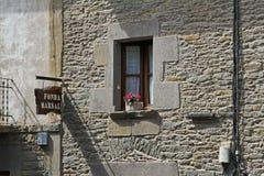 与旅馆花盆和牌的窗口在Rupit卡塔龙尼亚,西班牙 免版税库存照片