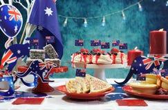 与旗子和偶象食物的澳大利亚题材党桌 库存图片