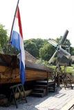 与旗子和风车的老荷兰风景 免版税库存图片