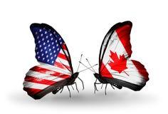 与旗子的两只蝴蝶在翼 免版税库存图片
