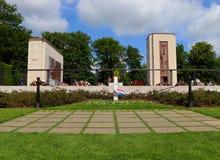 与旗子的巴顿将军的坟墓为阵亡将士纪念日 免版税库存照片