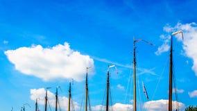 与旗子的帆柱在历史的Botter小船在Bunschoten-Spakenburg港口  库存图片