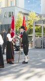 与旗子的挪威人在游行前谈话 库存图片