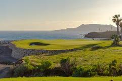 与旗子的绿色面对Atlantico海洋的高尔夫球和孔在圣诞老人哥斯达黎加 免版税库存照片