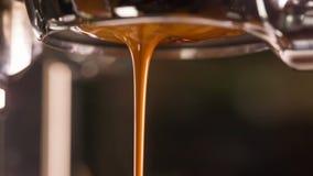 与无底的portafilter的咖啡提取 影视素材