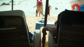 与无法认出的旅游人民的拥挤沙滩场面 迷离,4k,慢镜头 股票视频