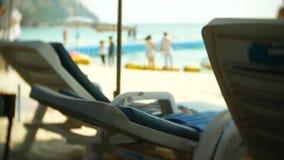 与无法认出的旅游人民的拥挤沙滩场面 迷离,4k,慢镜头 影视素材